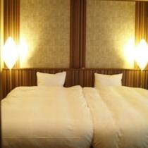 ツインベッド付和洋室「起雲の間」。セミダブルベッド2台付きで、添い寝のお子様とご一緒も楽々のサイズ