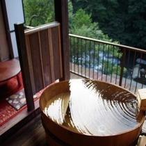 8畳+4.5畳露天風呂付き特別室「わさびの間」。露天風呂からは早川渓流と箱根の山々を一望