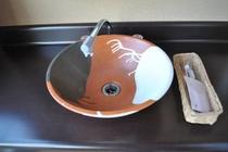 お部屋の洗面台は、陶器製のボールタイプ。