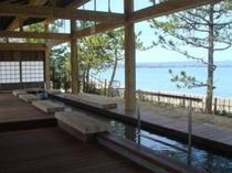 当館より徒歩5分にある足湯「湯っ足りパーク」波穏やかな和倉湾を望みます。とても気持ィィ♪