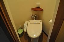 【標準客室】のトイレはウォシュレットタイプです。少し狭くてごめんなさい。