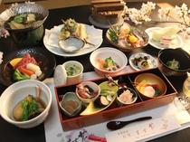 春の創作懐石。ノドグロ煮付け、能登牛、ホタルイカ、山菜天ぷらなど美味しい献立。