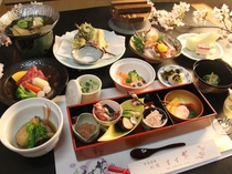 ノドグロ煮付け、能登牛、ホタルイカ、春の山菜天ぷらなど美味しい献立。