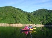 二人だけの静かな湖で朝の光を浴びて・・・