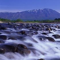 *【周辺観光】葛根田川と岩手山(イメージ)