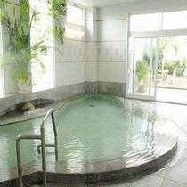 露天風呂のある庭園風呂【華咲岬hanamisaki】御影石の浴槽にあふれるライトグリーンの温泉~♪