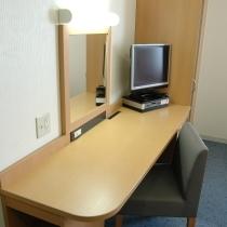 全室液晶テレビAQUOSを設置、ビジネスに最適な広々ライティングデスク