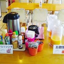 朝食の一例 ドリンクやドレッシング