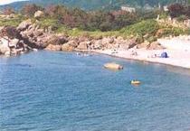 海水浴場/お部屋からも見下ろせる海岸は、当館より歩いて2、3分。水着のまま行ける近さ♪
