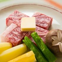 【料理一例】国産牛肉のステーキ。ほどよくのった脂が甘くなめらかな舌触りです