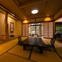 【客室一例】こだわりの床柱は見事な自然の造形美。お部屋で自然の芸術をお楽しみいただけます