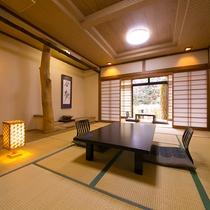 【客室一例】意匠が凝らされた造りの部屋と見事な床柱。木材の産地であった厚木としてのこだわり
