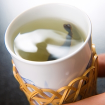 """【料理一例】""""岩魚骨酒""""は、まるでスープのような味わい。岩魚の香りはもちろん、口当たりも最高です"""
