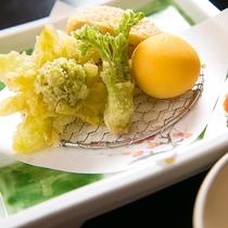 【料理一例】お皿の上に広がる四季折々のお料理が、季節の訪れを感じさせてくれます
