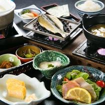 【料理一例】品数の豊富さと旬の食材を、朝から楽しめるのも温泉旅行の醍醐味。