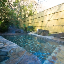 【露天風呂】朝の里山の澄んだ空気の中で入る一番風呂は、格別のひと言。ここだけで味わえる至福の時間を