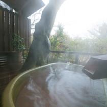 【お部屋付の露天風呂一例】やわらかなお湯に身をあずけ、せせらぎの音に耳を傾けながら、癒しの時間を