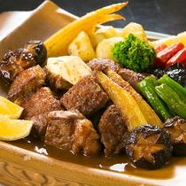 【料理一例】和牛の瓦焼きは、素材そのものの味を活かしつつ、柔らかくジューシーに仕上げます