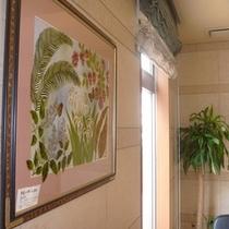 ロビーには沖縄をガラスアートで描いた絵がございます。是非ご覧くださいませ。