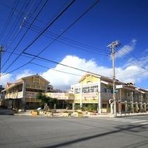 ホテルより徒歩25分。名護十字路の一角に整備された「新名護市営市場」です。