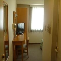 シンプルな作りの客室では快適ステイをお楽しみください。