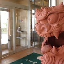ホテ正面玄関にてお客様の旅の安全を祈願しております。