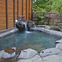 *露天風呂(夏)/開放的な露天風呂で天然温泉をお楽しみください。
