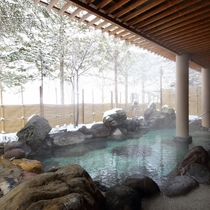 雪景色を望みながら湯あみをお楽しみください