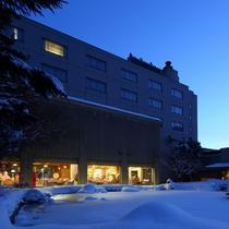 静寂が訪れる雪景色の夕暮れ時