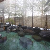 雪景色を望みながらの湯あみをお楽しみください