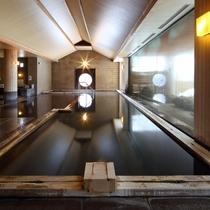 開湯800年の名湯をたたえた大浴場。24時間入浴可