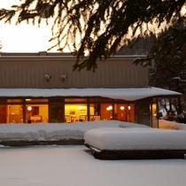 夕暮れ時の中庭の雪景色