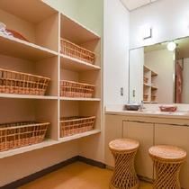 *【小浴場】各お部屋とは別に3階に小浴場がございます。3~4名様がご利用頂けるくらいの広さです。