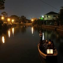 柳川夏の風物詩「灯り舟」。水面に映る灯りが美しい、夜の川下りです。