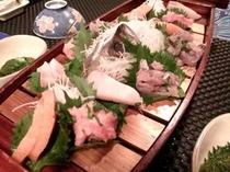 ある日のミニお刺身船盛りです、ご夕食はメインは熱々お肉グリル料理+季節の色とりどりサラダ+ミニ船盛り