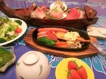 夕食はメキシコ風ソーセージやハンバーグステーキ+お魚料理の熱々グリル+お刺身ミニ舟盛+季節のサラダ♪