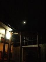 飲泉所の月 冬
