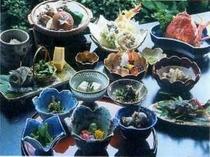 春から初夏にかけての料理の一例になります。山里の新鮮な山菜と地元食材が賑やかです。
