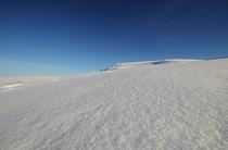 冬の空の青さと雪景色