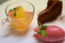 イチゴのソルベと4種類のかんきつ類、ガトー・ショコラ