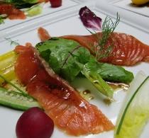 自家製サーモンマリネと地元産の夏野菜のサラダ仕立て