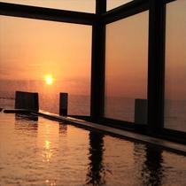 湯船に浸かりながら夕陽を堪能