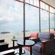 海を眺め寛げるスペースを多数ご用意しております!