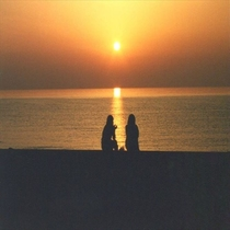 砂浜に出て夕陽を眺めるのも◎♪ロマンチックな時間を!