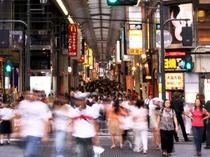 心斎橋商店街(当館から徒歩2分)