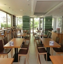 1階、朝食コーナー。カウンター席もございます。