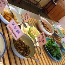通常のお食事は朝・晩ともにバイキングスタイルでお召し上がりいただきます。季節の旬菜、田舎料理をどうぞ