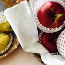『よませ温泉朝市』にて美味しい季節の果物を販売しております。秋は実りの季節♪りんごや梨も販売