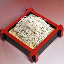 *手打ち十割蕎麦/北信州地方で採れた新そばの実をオヤマボクチをつなぎに使用した蕎麦。