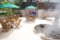 リニューアルされた中庭は喫煙スペースも併設しております。